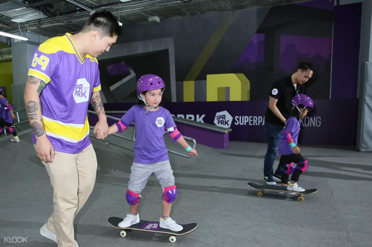 孩子們在滑板上